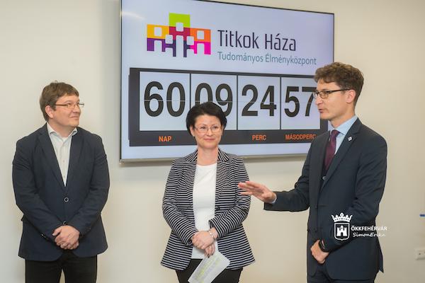 sajtótájékoztató Domokos Tamás és Cser-Palkovics András polgármester a háttérben a nyitásig visszaszámláló