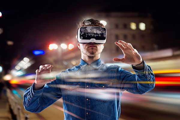 egy ember virtuális szemüveget visel