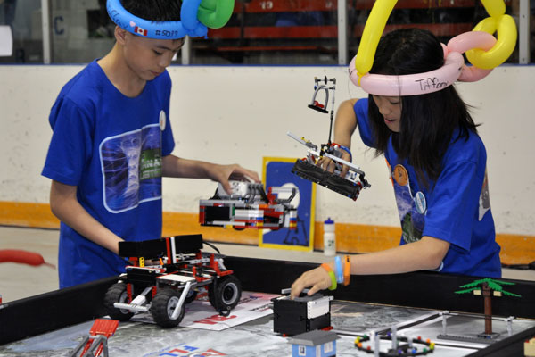 gyerekek legóból épített elektromechanikus mozgó játszanak