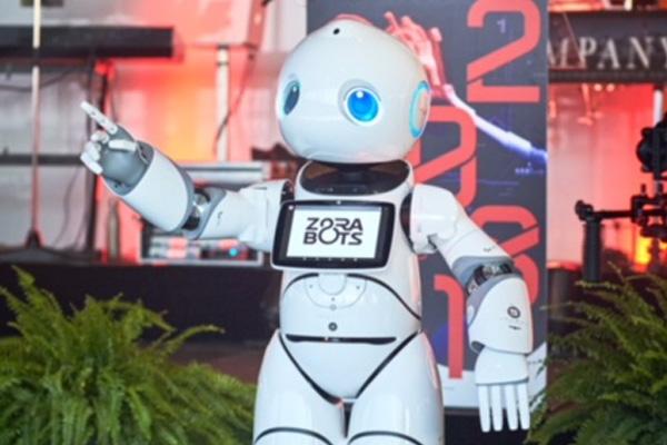 fehér színű műanyag burkolatú robot integet