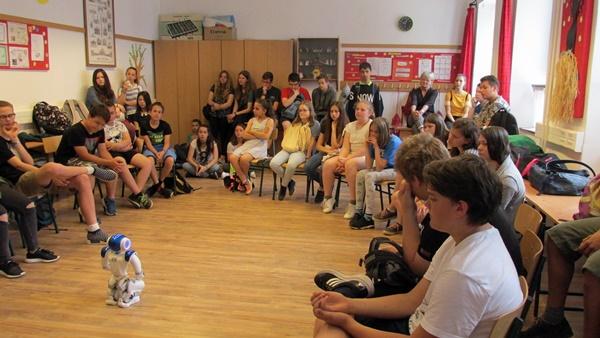 A tanulók figyelik a bemutatót.