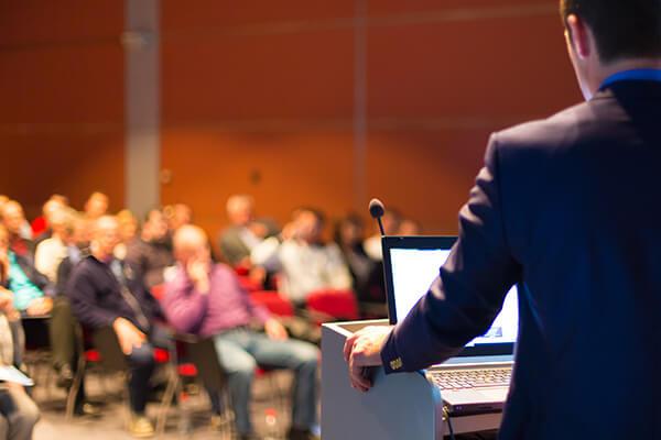 Konferencia előadás a pulpitus mögött